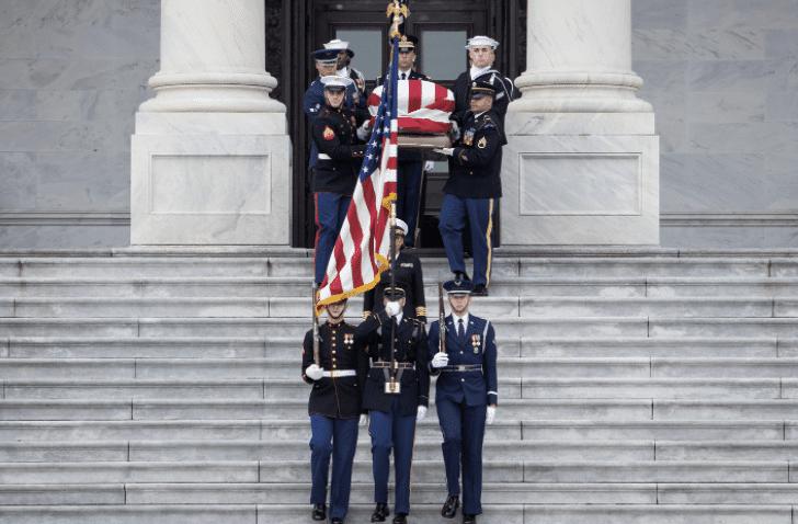 Bei der Beerdigung von George H. W. Bush wird der Sarg getragen