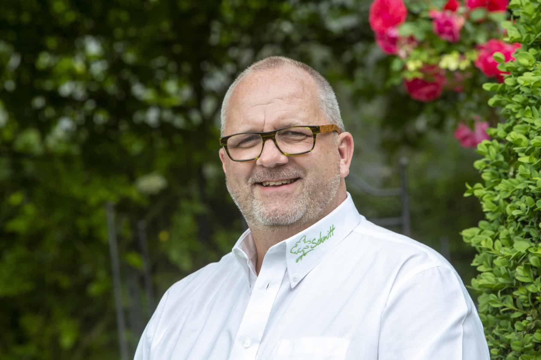 Foto: GaLaBau-Unternehmer Jörn Schmitt spricht über die Dienstleistung Factoring für das Handwerk und GaLaBau der ADELTA.FINANZ AG
