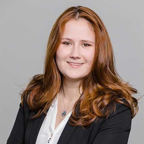 Jessica Organiska ist Vorstandsassistentin der ADELTA.FINANZ AG. ADELTA bietet Factoring für das Handwerk und den Bestattungsmarkt.