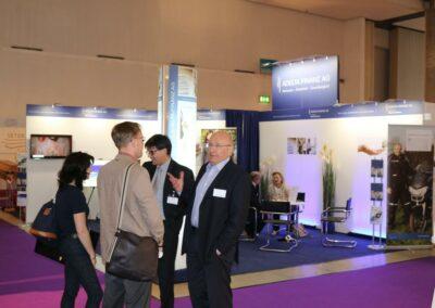 Hans-Joachim Frenz und Stefan Mittelbach stellen Factoring für Bestatter der ADELTA auf einer Fachmesse vor.