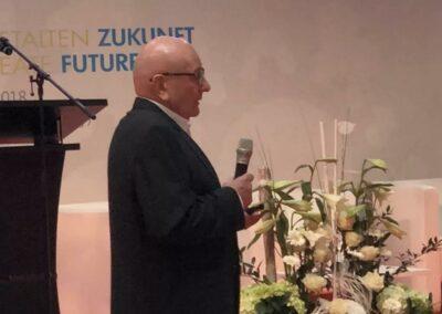 Hans-Joachim Frenz auf einer Fachmesse für Bestatter. Hier stellt er Factoring für Bestatter der ADELTA.FINANZ AG vor.